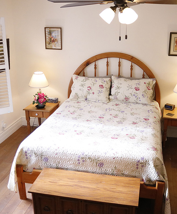 main floor bright bed and breakfast room Collingwood